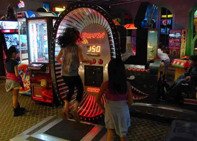 kids playing the jumpin jackpot game