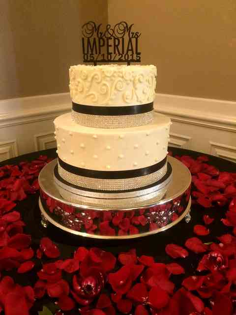 cake with red roses