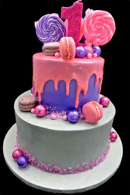 cakes with lollipops