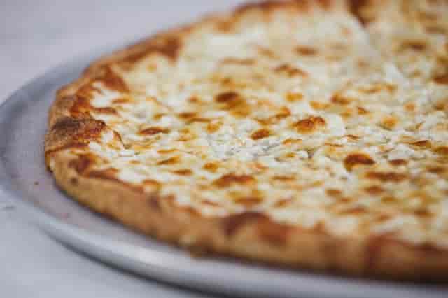 white 3 cheese pizza