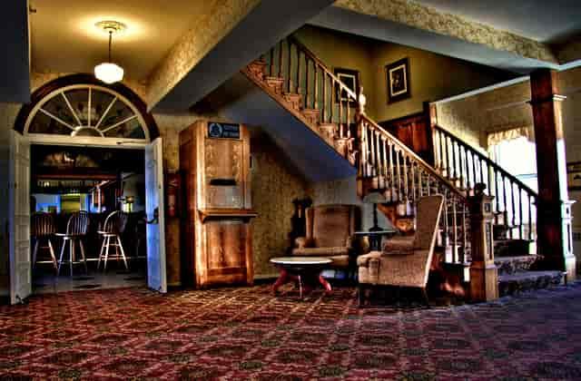 corner queen room