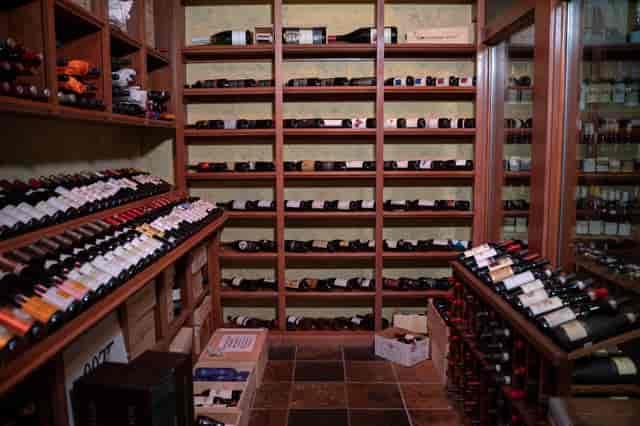 italy wall wine bottles