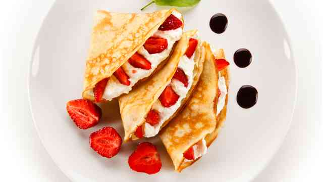 STRAWBERRY AND CREME CREPE