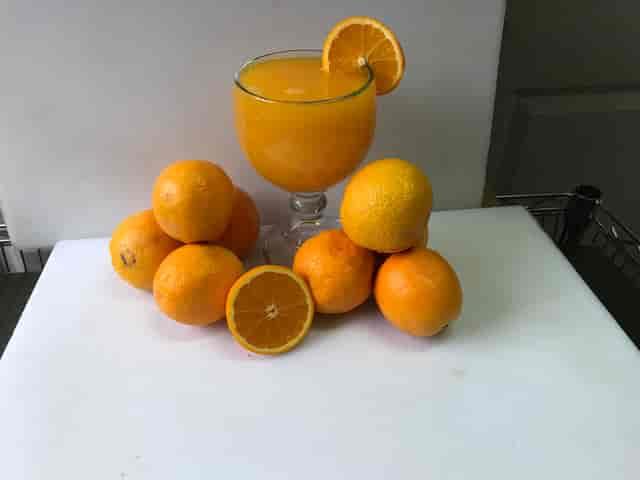 orange drink with fresh oranges