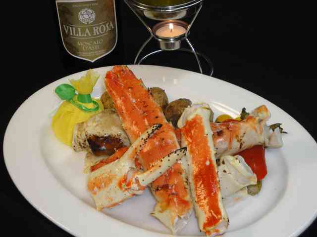 Full king crab leg with lemon
