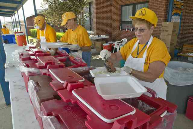 volunteers providing food to others in an emergency