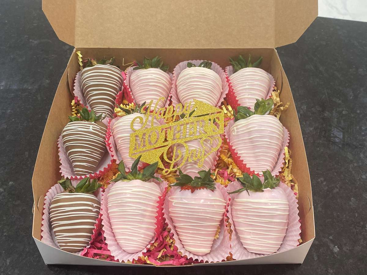 Mothers Day Gift Box! Chocolate Cover Strawberries 12 Pieces