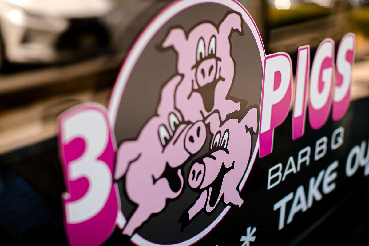 3 pigs sign