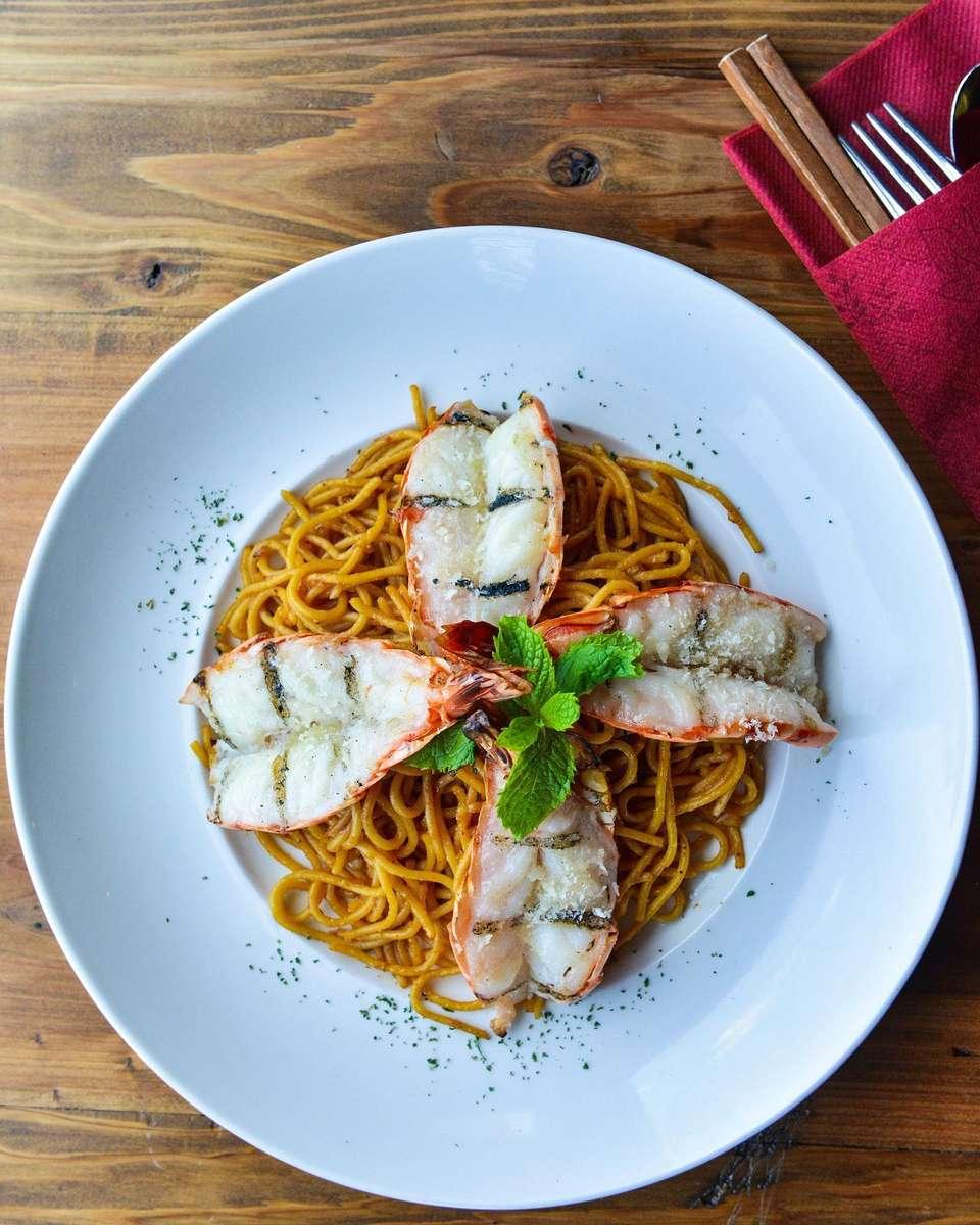 Tiger Prawns & Garlic Noodle – Mì Tỏi Xào Tôm Nướng