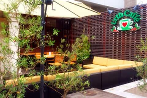 Outdoor courtyard of Daikanyama Urth Caffé