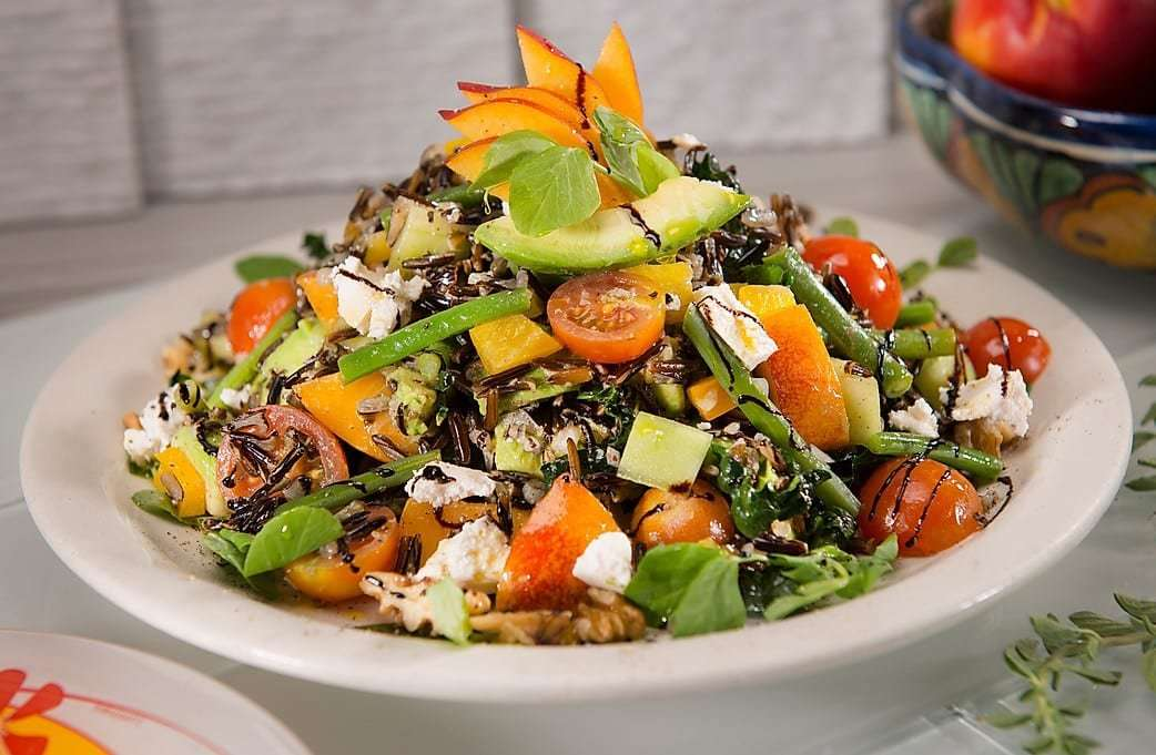 Salad with greens, tomatoes, various vegetables and cheese