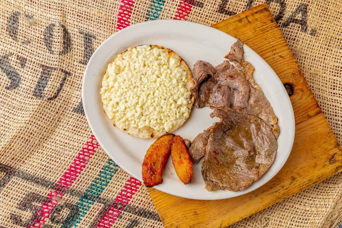 Carne Asada Y Arepa Con Queso*