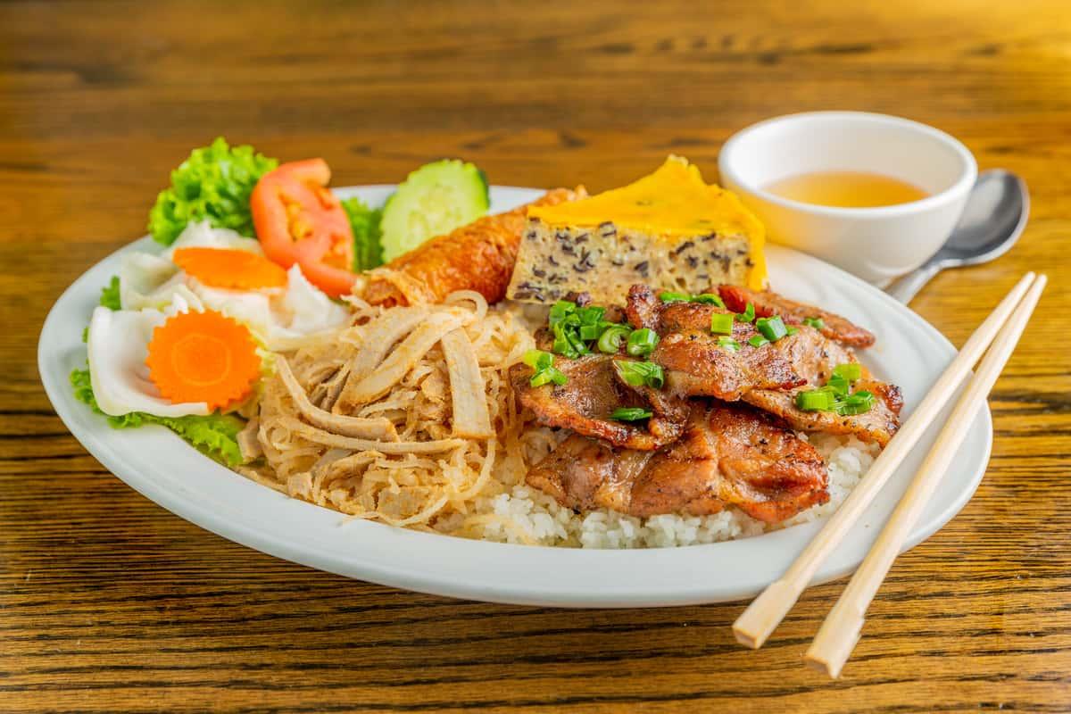 Deluxe Brodard Broken Rice - Cơm Tấm Bì, Chả, Tàu Hủ Ky, Suờn Nuờng / Thịt Nuớng / Gà Nuớng