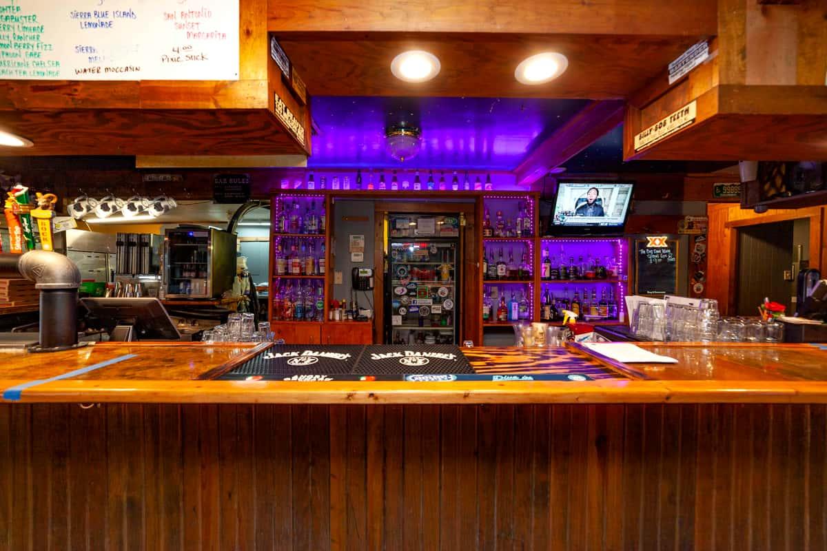 Image of the bar at Oak Hills Tavern