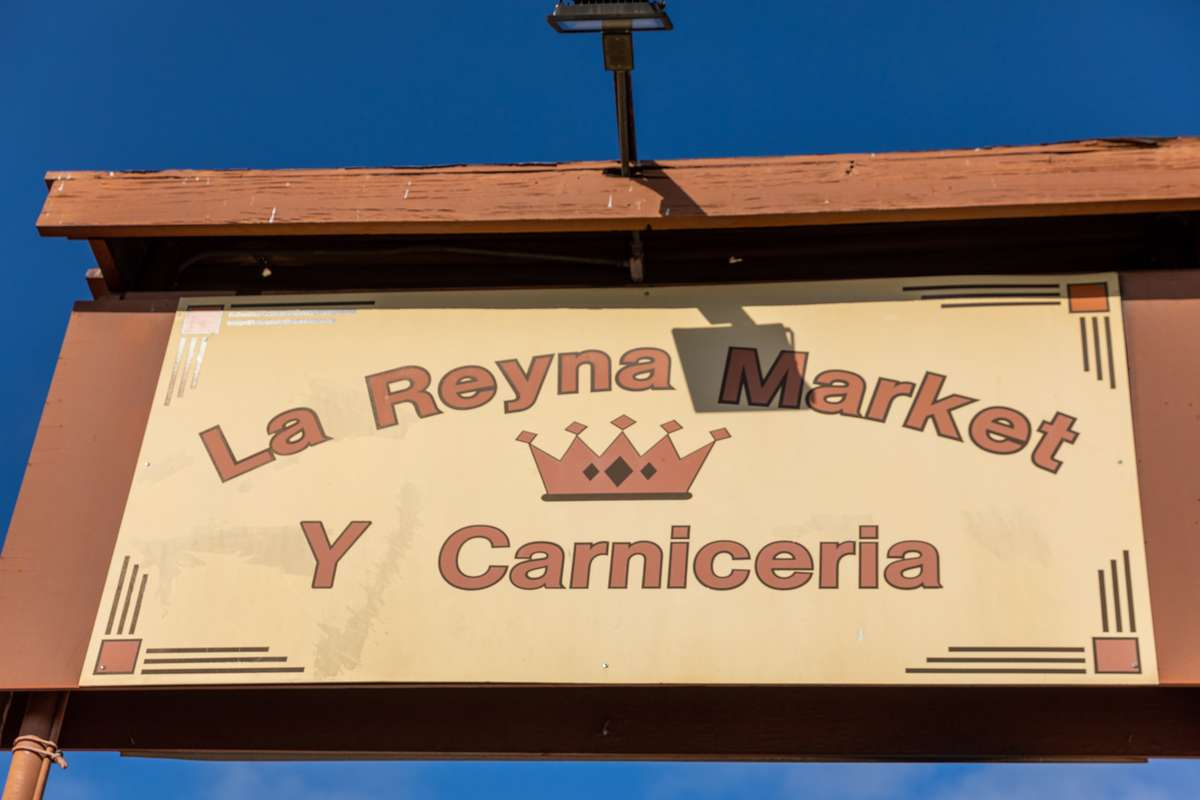 la reyna market sign
