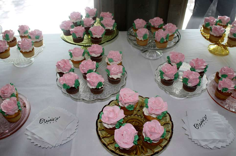 Cupcakes decorated with pink roses