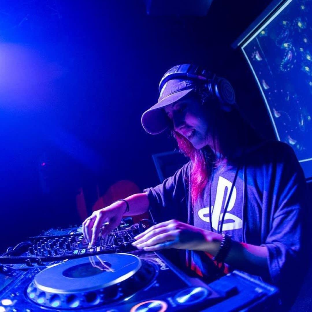 Ladies Friday Night with DJ Vyxis on DEC6