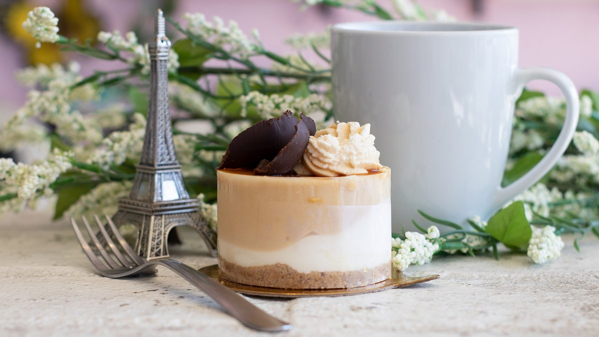 caramel cheesecake and coffee