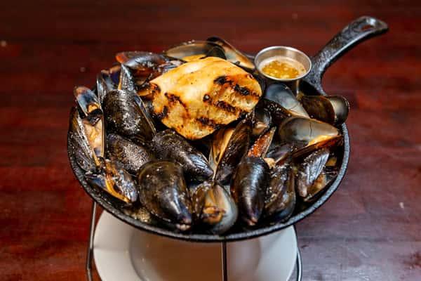 Roasted Black Skillet Mussels