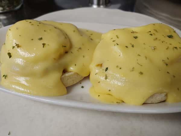 Eggs Benedict (910 cal)