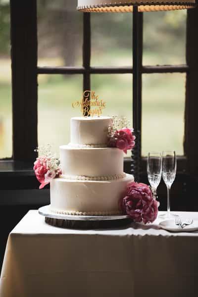 Wedding cake with wine glasses