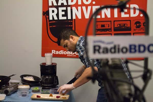 "alt=""radio"""