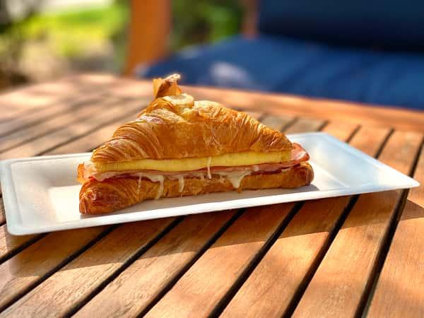 Croissant au jambon et fromage