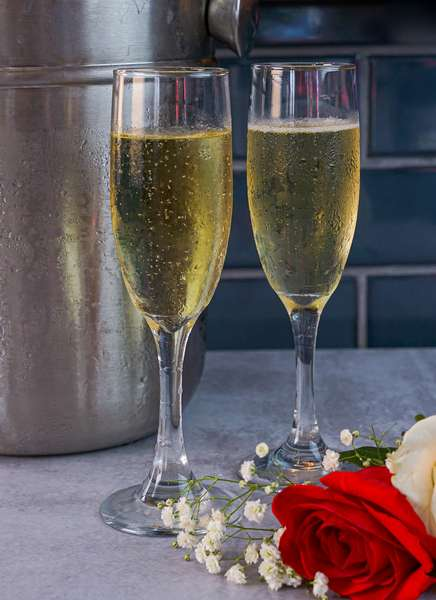 Champagne flutes with roses