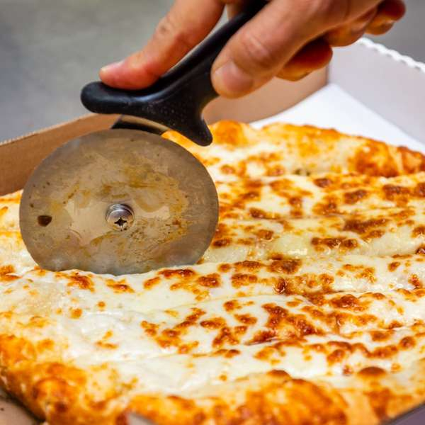 Cutting the pizza