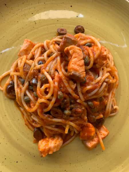 Spaghetti salmon puttanesca