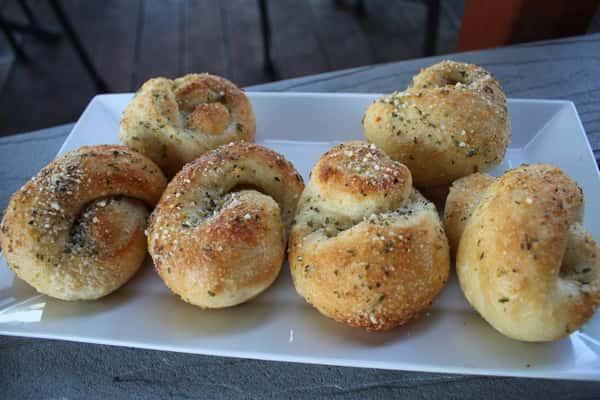 6 Garlic Knots w/ Sauce