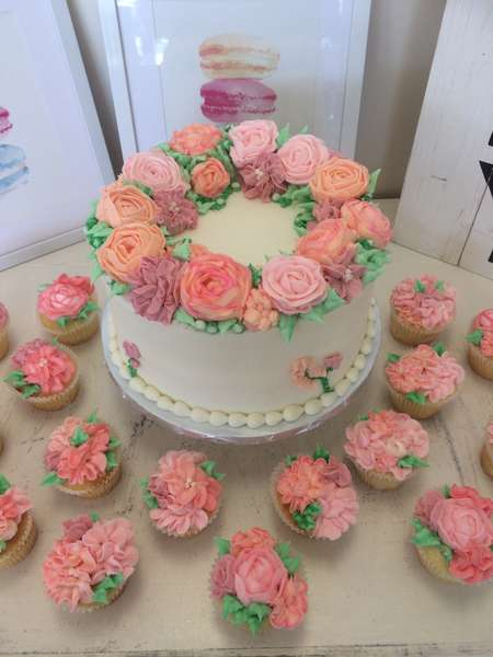 Rose cake with cupcakes