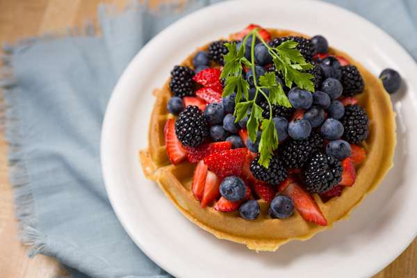 waffle w/berry toppings