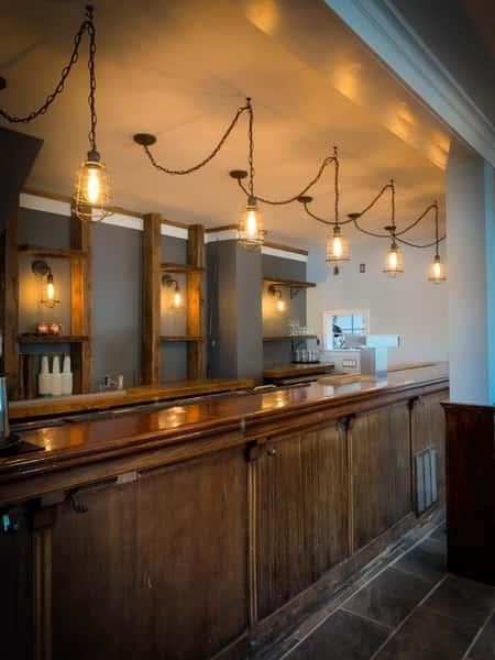 Robert's LakeHouse bar