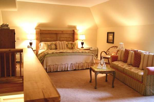 shaw-upstairs-bedroom-king-bed-690