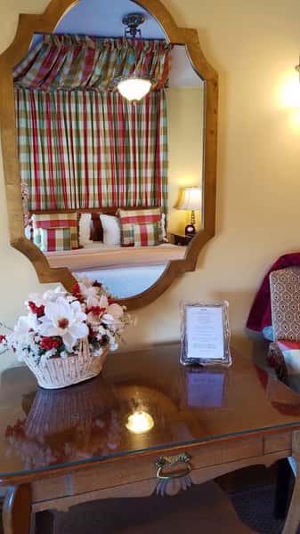 master-suite-mirror-bed