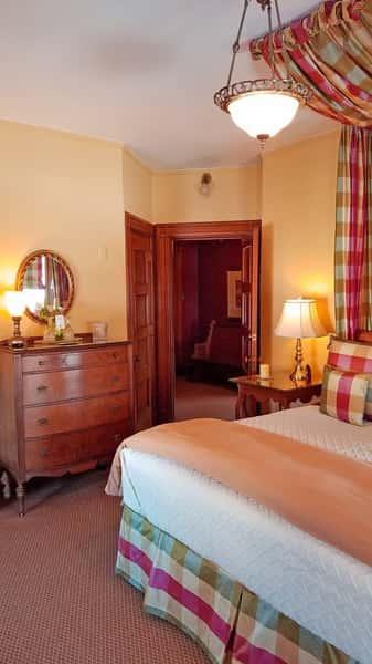 master-suite-bedroom-toward-foyer